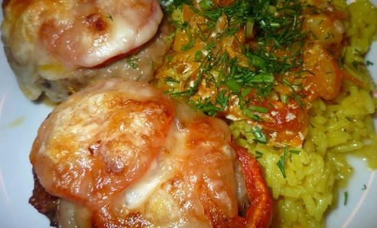 Котлеты из телятины под моцареллой и помидоркой в духовке